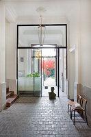 Glas-Stahl-Wand im Eingangsbereich eines klassischen Altbaus
