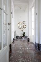 Spiegelsammlung im Flur mit Schachbrettboden aus Marmor