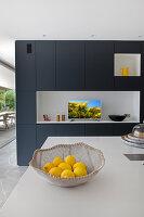 Blick über Kücheninsel auf Raumteiler