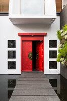 Hauseingang mit roter, chinesischer Tür