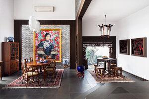 Stilvoller Essbereich und asiatisches Teezimmer mit Antikmöbeln
