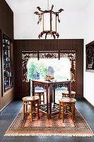 Asiatisches Teezimmer mit Antikmöbeln und dekorativem Fensterrahmen