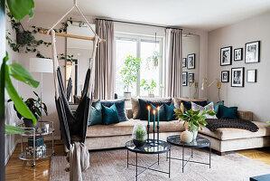 Gemütliches Wohnzimmer mit Schaukelsessel