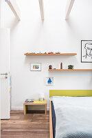 Minimalistisches Schlafzimmer mit offener Decke