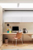 Schreibtisch und Hängeschrank in Home Office