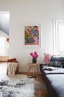 Polstersofa mit Kissen und Beistelltisch im Wohnzimmer