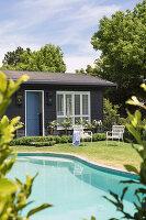 Pool und Holzhäuschen im Garten