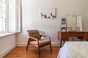 Retro Schminktisch mit Spiegel und Stuhl mit Polsterauflage im Schlafzimmer