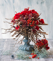 Gesteck aus roten Begonien, Orchideen und Vogelbeeren