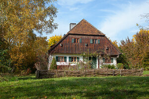 Bauernhaus mit Holzfassade