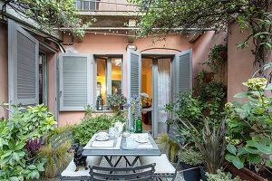 Sitzplatz auf der mediterranen Terrasse hinterm Haus