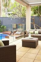 Loungemöbel auf der überdachten Terrasse am Pool