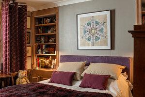 Eingebaute Regale in den Wandnischen neben dem Bett