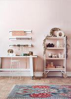 Rollbarer Tisch und Regal mit Weihnachtsdekoration und Verpackungsmaterial