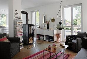 Wohnzimmer mit gemütlicher Sitzecke und Kaminofen