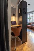 Bürostuhl am Schreibtisch in einer Nische im Wohnzimmer