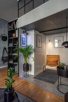 Maskulines Wohnzimmer in Grautönen mit Zwischenebene
