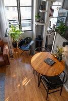 Zwei Stühle am runden Tisch im maskulinen Wohnzimmer in Grau