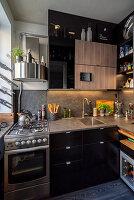 Kleine maskuline Küche mit Gasherd und schwarzen Hochglanzfronten