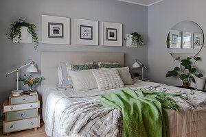Schlafzimmer in Grau, Weiß und Grün im Skandinavischen Stil