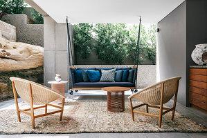 Sommerlicher Sitzplatz auf der überdachten Terrasse