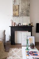 Stillgelegter Kamin, darüber Kunstwerk in hellem Wohnzimmer