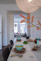 Gedeckter Tisch mit türkisfarbenen Suppenschälchen und