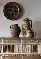 Keramikgefäße in Erdfarben