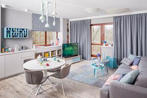 Moderner multifunktionaler Wohnraum in Grau und Blau