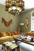 Polstersofa mit Kissen in Lounge mit grünen Wänden