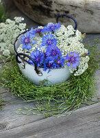 Kornblumen und Gierschblüten, Kranz aus Labkraut und Gräsern