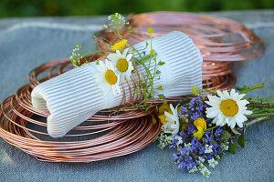DIY-Serviettenring aus Kupferdraht und Wiesenblumen