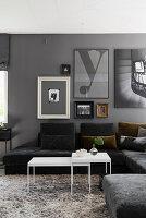 Wohnzimmer in Grau mit Sofalandschaft, Hochflorteppich und Bilderwand