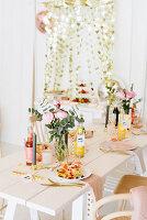 Buffet und gedeckter Tisch für die sommerliche Waffel-Party