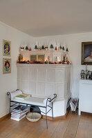 Weihnachtlich dekorierter Kachelofen