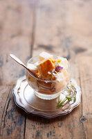 Vanilleeis mit Karamellsauce und Veilchenblüten