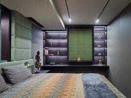 Doppelbett in elegantem Master-Schlafzimmer