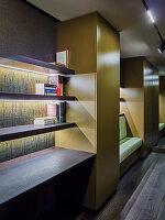Offenes Bücherregal mit indirekter Beleuchtung