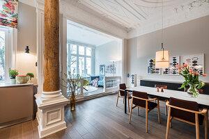 Offener Wohnraum in einer Gründerzeitvilla mit Stuck und Säulen
