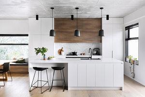 Minimalistische offene Küche in Weiß mit schwarzen Akzenten