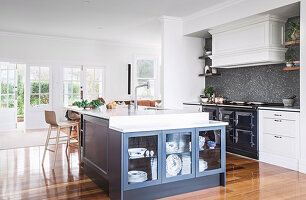 Offene Küche im amerikanischen Landhausstil mit Kücheninsel