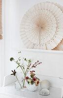 Vasen mit Anemonen und einzelnen Blütenstielen