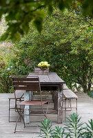 Alte Gartenmöbel auf der Terrasse mit Holzplanken
