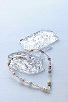 Herz aus aufgefädelten Perlen und Glasprismen