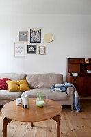 Sandfarbene Couch und Coffeetable im Wohnzimmer