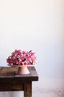 Rosa Blumen auf Tortenständer