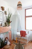 Gitterbett mit Baldachin im Kinderzimmer im Vintage Stil