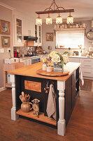 Rustikale Kücheninsel in der Landhausküche im französichen Stil