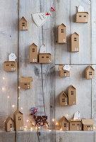 Selbstgebastelter Adventskalender aus kleinen Papierhäuschen