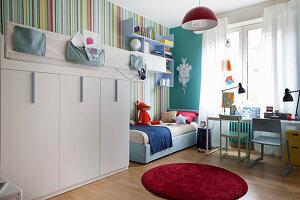 Geschwister-Kinderzimmer mit Hochbett und farbenfroher buntgestreifter Tapete